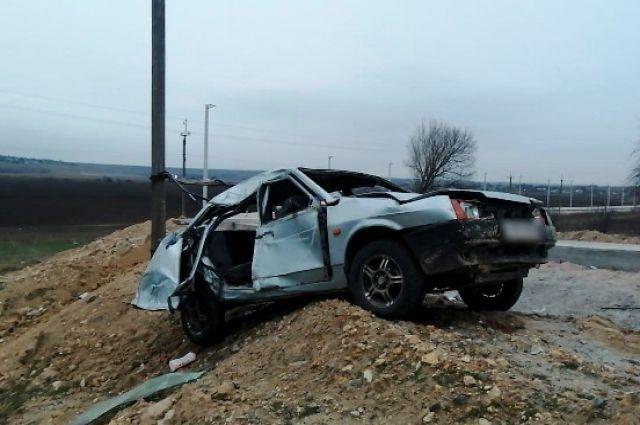 В Херсонской области авто врезалось в бетонную электроопору: есть жертвы.