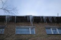На крышах допов из-за потепления образовались сосульки.