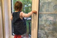 В Орске трехлетняя девочка выпала из окна второго этажа, но отделалась ушибами и ссадинами.