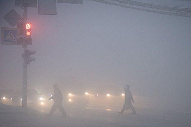В тумане видимость на улицах города практически нулевая.