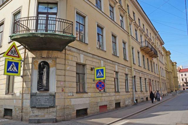 Писатель сменил десятки адресов в Северной столице.