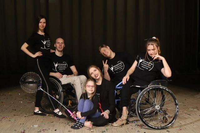 Константин (на фото слева) увлекся танцами после того, как оказался в инвалидном кресле.
