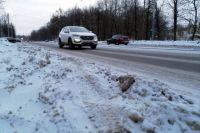 У города не хватает денег на нормальную уборку – на многих дорогах правые полосы скрыты под снегом.