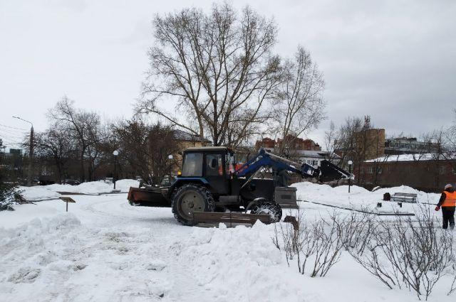 Снегоуборочная техника вышла на улицы Красноярска.
