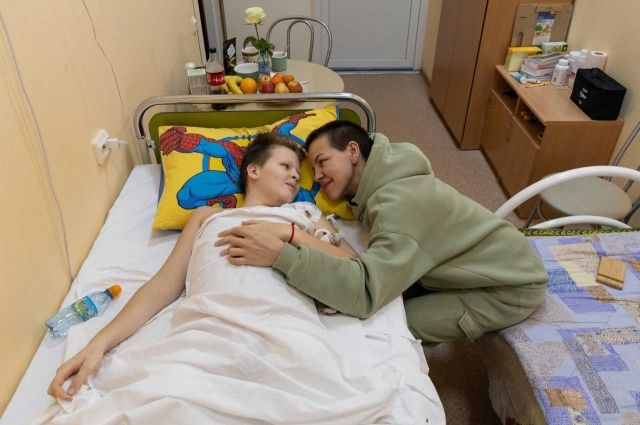 Мария практически не отходит от сына в больнице.