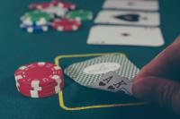 Мужчина в течение двух дней тратил деньги пенсионерки на игры в онлайн-казино.