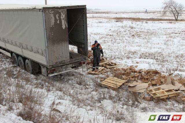 В Оренбургской области груженная кирпичами фура съехала в кювет.