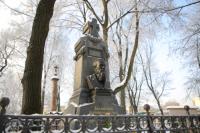 День памяти открыли возложением цветов к могиле Достоевского на некрополе мастеров искусств Александро-Невской лавре.