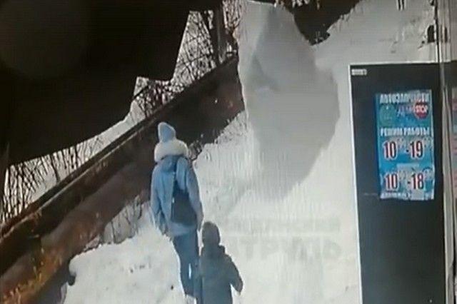 Женщина чудом успела отскочить. Скриншот в видео