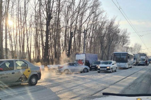Попавшие в аварию иномарки перегородили путь трамваям.