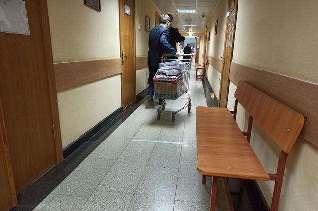 Материалы уголовного дела Гурьева перемещают на специальной тележке