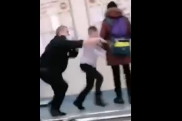 Видео конфликта школьного охранника с учеником выложили в соцсети.
