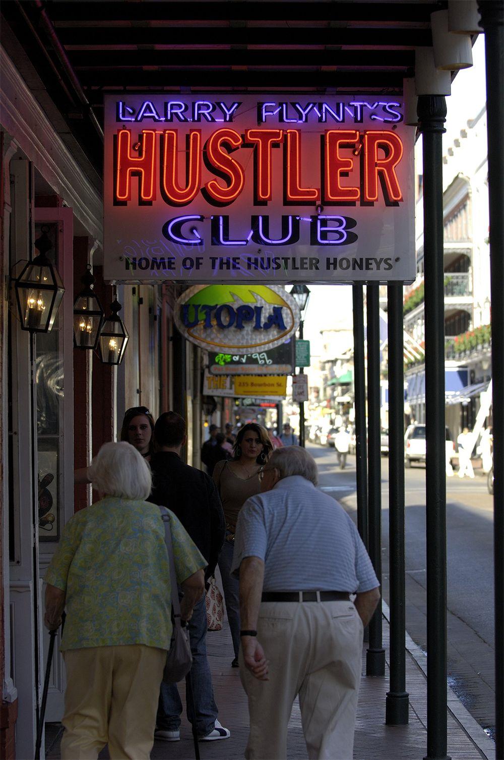 В 1964 году Флинт задумался, как заработать на жизнь. И открыл свой первый стриптиз-клуб в Дейтоне. Полиция не смогла закрыть его, даже не смотря на вал жалоб со стороны поборников морали.