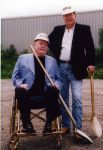 В 15 лет Флинт завербовался в армию, а затем перевелся на флот. Ларри всерьез планировал стать офицером. Но после службы передумал — военные показались ему лицемерными людьми. Джимми и Ларри Флинт на церемонии закладки фундамента Hustler Hollywood в Монро, штат Огайо, 2000 год.