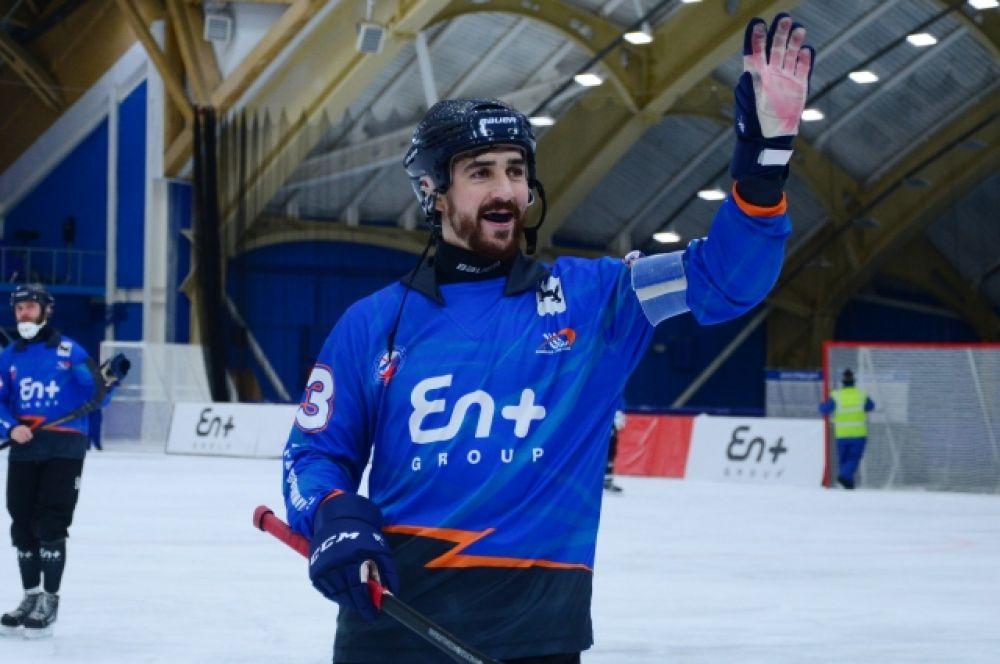 Капитан Андрей Прокопьев благодарит болельщиков за поддержку