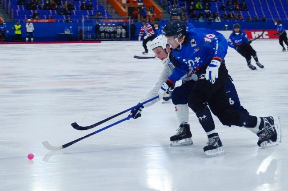Вадим Чернов сражается за мяч