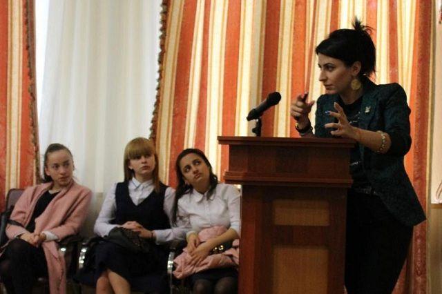 Залина Кусраева рассказывает школьникам о гипотезе Пуанкаре