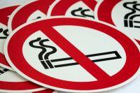 девушке предстоит оплатить штраф за курение в неположенном месте.