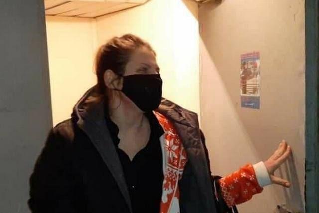Мария Макарова у двери своей квартиры. Фото Валентины Волковой.
