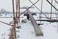 Высота установленного в Оренбурге на братской могиле креста шесть метров.