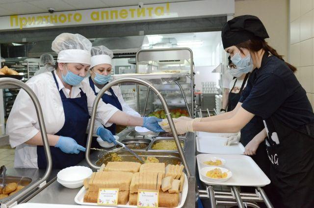 С сентября, когда по указу президента РФ ввели бесплатное питание для всех младшеклассников, работы у поваров прибавилось в разы.