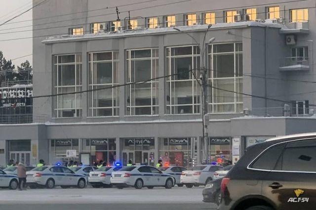 Сегодня утром, 13 февраля, на площади Ленина в Новосибирске заметили несколько десятков служебных автомобилей ДПС с включенными проблесковыми маячками.