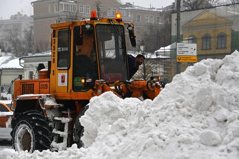 Работа снегоуборочной техники на Новинском бульваре в Москве.