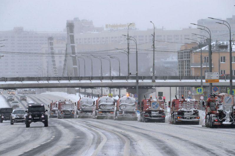 Работа снегоуборочной техники на Зубовском бульваре в Москве.