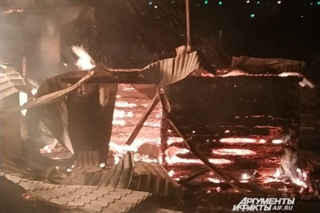 К моменту прибытия большая часть дома была охвачена огнём.