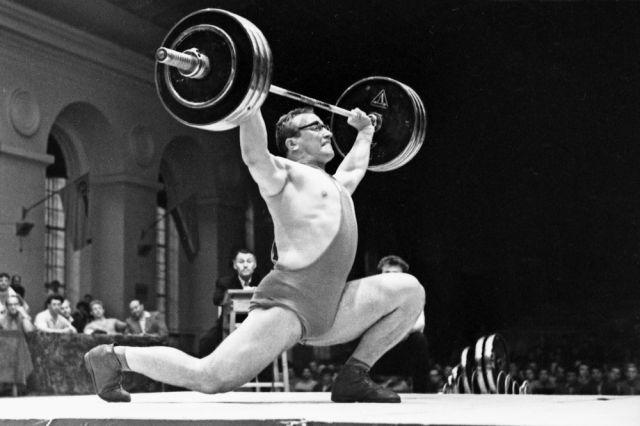 Советский тяжелоатлет, Заслуженный мастер спорта СССР, чемпион мира и Европы Юрий Власов на помосте. 1960 год.
