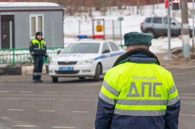Инспекторы ГИБДД пересадили людей в патрульный автомобиль и сопроводили буксируемую машину.