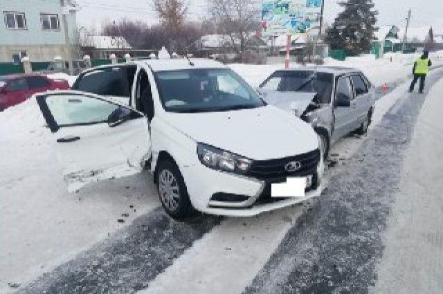 В Оренбуржье столкнулись две «Лада Весты» и «ВАЗ-21140».