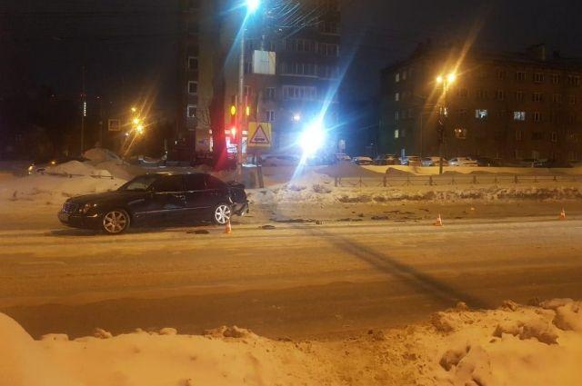 В стоявшую на светофоре иномарку врезался автомобиль.