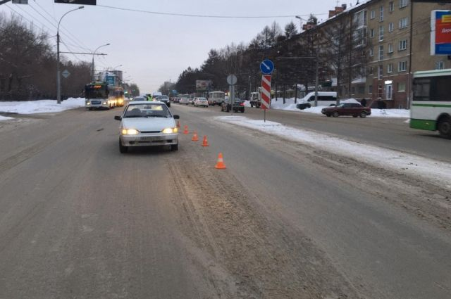 Переходившая дорогу женщина попала под машину.