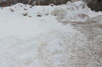 Возле ЖК «Дубки» в Оренбурге находится свалка снега и мусора.