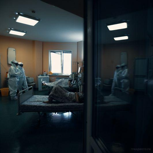 Медики в палате у больных