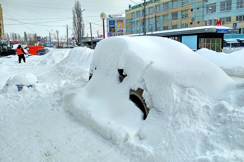 Снегопад завалил некоторые припаркованные машины по самые крыши.
