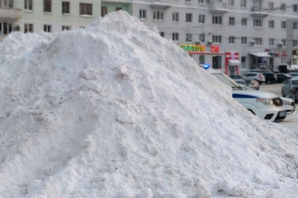 На улицах и площадях выросли рукотворные сугробы - вывозить снег не всегда успевали.