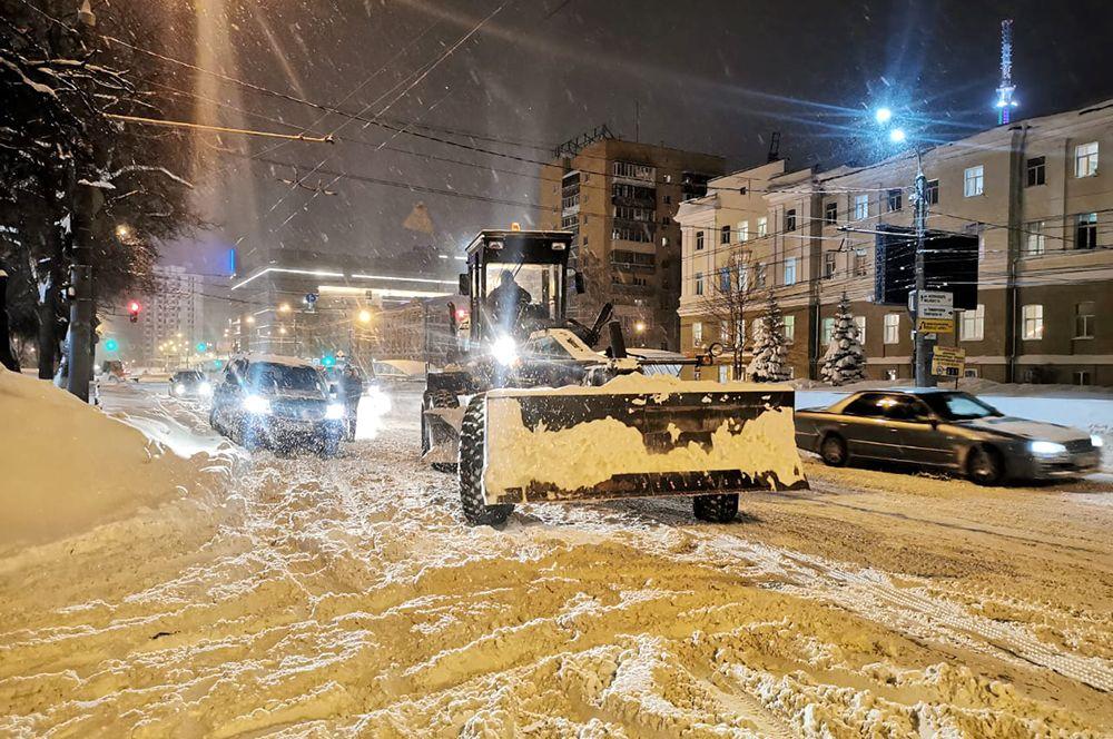 «В первую очередь, от снега очищают подъёмы и дороги, по которым ходит общественный транспорт», - уточнил мэр Юрий Шалабаев.