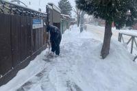 Жители Краснодара пытаются расчистить тротуары у своих дворов.