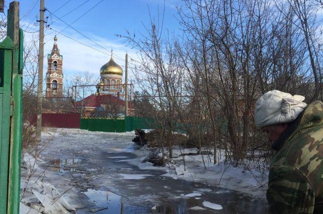 Единственное место в Обуховке, куда не добирается вода, это площадь возле храма. Туда привычно отгоняют автомобили во время паводка.