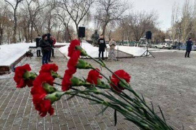 Оренбуржцы возложили цветы к памятнику Герою Советского Союза.