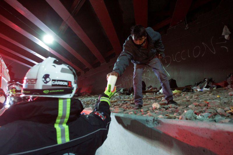 Монтеррей, Мексика. Полиция раздает бездомным горячий шоколад во время рекордных холодов.