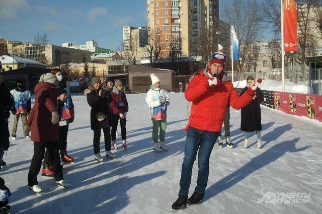 Следуя советам призёра Олимпийских игр Александра Энберта, посетители мастер-класса на катке в Таганском парке осваивали базовые элементы фигурного катания.