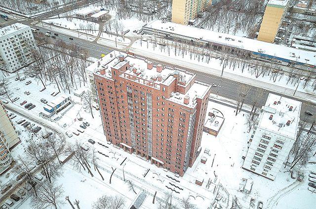 Рядом с домом 8 в проезде Дежнёва, построенным по программе реновации, возводят поликлинику и детсад, а скоро начнут и школу.