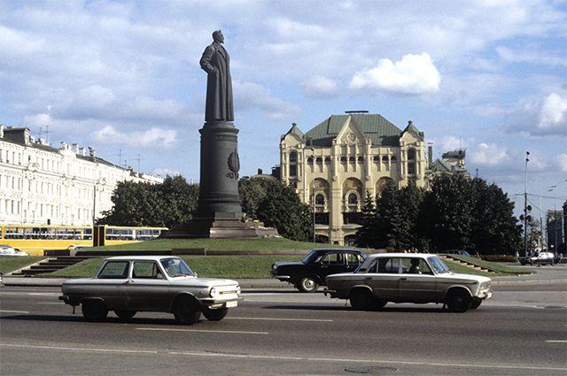 Памятник партийному и государственному деятелю Феликсу Эдмундовичу Дзержинскому на Лубянской площади. 1984 год.