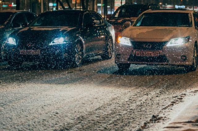 Водители с трудом передвигаются по засыпанной снегом дороге.