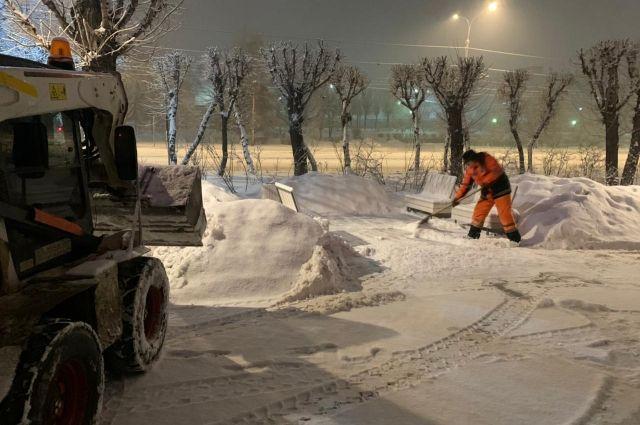 Снег не дает передышки городским службам.