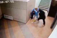 Мужчина с размаху бил внука в подъезде.