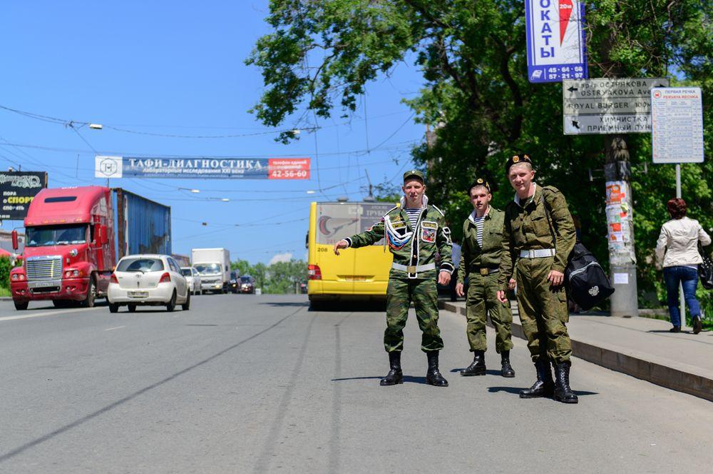 «Дембели» ловят такси, 2013 г.